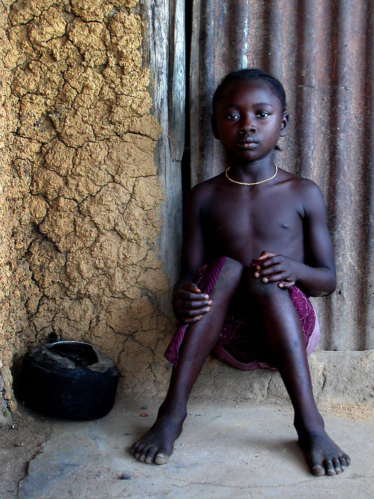http://www.pahte.com/images/03.03.26_Sierra_leone_Baiama_045.girl_sitting.jpg